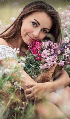 Buongiorno e buon inizio settimana a tutti Girls With Flowers, Flower Girls, Romantic Girl, Most Beautiful Flowers, Kate Winslet, Photos Of Women, Portrait Photography, Beauty Hacks, Floral Wreath