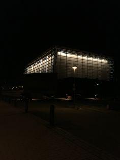 Sibeliustalon pääsalin ulkopinta on lasia, joten pääsalin vaaleita puisia seinärakenteita voi ihastella myös ulkoa. Iltaisin rakennus on valaistu. /Netta