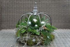 This says: Kroon Christmas Themes, Christmas Diy, Merry Christmas, Holiday, Candle Centerpieces, Candles, Crown Decor, Christmas Flower Arrangements, Wrought Iron Decor