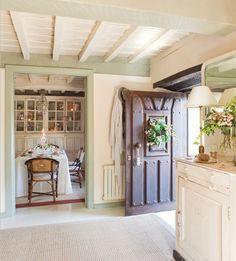 Voilà une bien jolie maison, décorée pour les fêtes dans l'esprit qui est le sien : le style Shabby Chic. C'est l'occasion pour moi d...