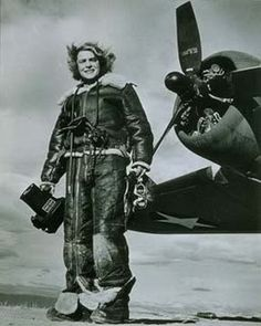 collective-history: Life magazine photojournalist Margaret Bourke-White wears high-altitude flying gear in front of an Allied Flying Fortress airplane during a World War II assignment in February (AP Photo) I absolutely adore this woman. Valentina Tereshkova, Margaret Hamilton, Lee Miller, Documentary Photographers, Female Photographers, Man Ray, Christopher Street Day, Aerial Camera, Margaret Bourke White