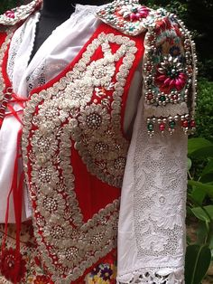 Kalotaszegi melleny Folk Costume, Costumes, Hungarian Embroidery, Embroidery Patterns, Embroidery Stitches, Girl Blog, Vintage Jacket, Chain Stitch, Beaded Dresses