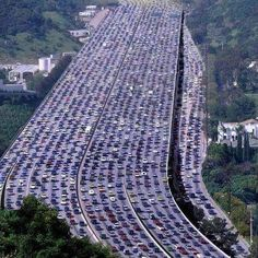 The photo you see is recorded as the biggest traffic jam of all time in the whole world. The event happened   in Beijing, China in 2010 when traffic was stuck for almost 20 days.