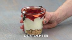 Cheesecake in a Jar: These adorable mason jar cheesecakes are not only delicious. Cheesecake in a Jar: These adorable mason jar cheesecakes are not only delicious, they're super easy to make! Mason Jar Cheesecake, Mason Jar Desserts, Mason Jar Meals, Meals In A Jar, Köstliche Desserts, Cheesecake Recipes, Delicious Desserts, Dessert Recipes, Mason Jars