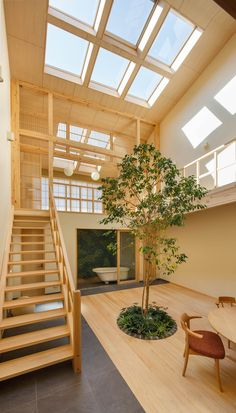 Completed in 2019 in Kyoto, Japan. Images by Yosuke Ohtake. The house is for a couple and their three little children, located in a quiet residential area in northern Kyoto city. Japanese Architecture, Home, Small Staircase, Indoor Trees, Japanese House, Amazing Architecture, Family House, Building A House, Interior Architecture