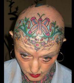 Si vous avez l'esprit mal placé, il est possible que vous voyez autre chose que des papillons sur le crâne de cette femme...