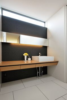 横のラインを強調してすっきり仕上げた洗面室 Bathroom Vanity Units, Bathroom Toilets, Jacuzzi, Toilet Room, Home Renovation, Powder Room, Ideal Home, Design Inspiration, House Design