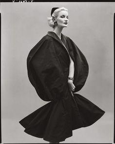 1952 - Sunny Harnett in Balenciaga. Photo by Richard Avedon for Vogue. Vogue Vintage, Vintage Glamour, Look Fashion, Fashion Models, High Fashion, Richard Avedon Photography, Carmen Dell'orefice, Jean Shrimpton, Vintage Fashion Photography