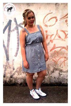 Pathy Beltrame usa vestido com estampa Petit Poulie da marca Lolita Az Avessas.
