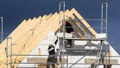 Wer ein Haus baut, sollte bei der Grunderwerbssteuer ganz genau hinsehen. Denn je nach Konstellation kann sie auch auf die Baukosten fällig werden – und um einiges höher ausfallen.