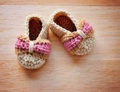 Crochet PATTERN : instructions numériques uniquement ------------------------------------------------------------------------------------------------- Ces petit modèle de chaussures bébé noeud sont un de mes favoris personnels et je suis sûr que vous allez aimer !  Tailles: 0-3, 3-6, 6-9 et 9-12 mois.  Points requis: ch, ETIS, sc, hdc, sc2tog, hdc2tog et dc2tog.  Matériaux nécessaires : 3,50 mm (E) et 3,75 mm (F) crochets, aiguille et 8ply, DK ou fil de laine peignée lumière.  Tous mes…