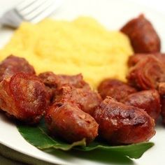 Carnati prajiti cu mamaliga Romanian Food, Delish, Sausage, Cooking Recipes, Potatoes, Beef, Dishes, Vegetables, Ethnic Recipes