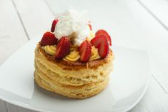 Desert cu crema de vanilie si capsuni Waffles, Pancakes, Deserts, Breakfast, Food, Postres, Crepes, Griddle Cakes, Waffle