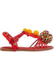 couro, sandálias de ráfia e brocado embelezado