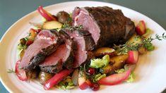 Svak varme og god tid gjør elgkjøttet fantastisk. Og med en god rødvinssaus blir det enda bedre. Oppskriften får du fra Lise Finckenhagen i Nitimen.