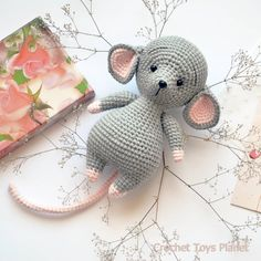 Amigurumi Mouse in Overalls (Free Pattern) – Amigurumi Free Patterns And Tutorials – BuzzTMZ Crochet Rabbit, Crochet Mouse, Crochet Patterns Amigurumi, Cute Crochet, Crochet Dolls, Crochet Animal Patterns, Stuffed Animal Patterns, Crochet Animals, Doll Patterns