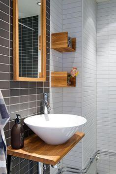 carrelage blanc brillant, jolie salle de bains carrelage noir et blanc et beaux détails en bois