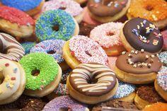 ¿Quién inventó el agujero del Donut?No pienses que los Donut (donas en algunos países) siempre tuvieron agujero... El Donut llegó de Europa a Nueva York bajo el nombre de olykoek que ... Check more at http://www.tuiris.com/sabias-que/quien-invento-el-agujero-del-donut/