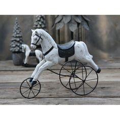 - Nostalgisk Smukt Pynt  Der er en særlig magi over gammelt legetøj! De oser af glæde, hygge og varme, som tilføjer liv til din boligindretning. Her får du den smukke nostagiske legetøjshest på hjul. Disse gamle heste var ekstremt populære i det ældre Frankrig, hvor man kunne få disse heste både i store, som børn kunne sidde på, men også i små som de kunne lege med. Her får du en smuk reproduktion, der egner sig perfekt til pynt både i stuen og i børneværelset.  Fakta:  34 x 28 x 11 cm…