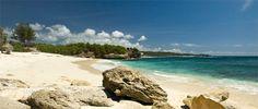 """Nusa Lembongan Dream Beach - """"Weliswaar piepklein, maar ik vind Dream Beach een stuk mooier dan veel stranden op Bali en Lombok. Bordjes staan niet overal duidelijk aangegeven. Soms is het dus even naar de weg vragen. De route voert je over mooie authentieke kronkelpaadjes naar dit schitterende strandje. Je vindt Dreambeach aan de zuidwest kant op Nusa Lembongan. Er is ook een resort waar je prima kunt lunch, dineren en tussendoor ook verkoelende drankjes kunt bestellen."""""""