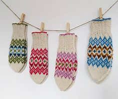 Blässavanten kan stickas i vilka färger som helst, som sprakande karameller eller mer subtilt, med en basfärg och en kontrastfärg. Knit Mittens, Mitten Gloves, Friendship Bracelets, Ravelry, Lisa, Knitting, Pattern, Tricot, Breien