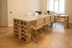 bureau en palette de bois massif, table rectangulaire assortie et chaises en cuir beige