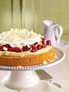 Ganzjährige Erdbeertorte Einfacher Kuchen aus der Springform mit einer Pudding-Creme und Erdbeeren aus dem Glas
