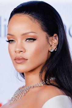 Como afinar as bochechas com blush rihanna bright makeup and outlined kitten Rihanna Makeup, Rihanna Riri, Rihanna Style, Rihanna Face, Makeup Inspo, Makeup Inspiration, Beauty Makeup, Eye Makeup, Hair Beauty