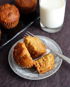Eggless dates muffins recipe - easy and delicious muffins using whole wheat flour or atta along with dates. These muffins are eggless and butterless. Indian Food Recipes, Vegetarian Recipes, Date Muffins, Whole Wheat Muffins, Eggless Chocolate Cake, Simple Muffin Recipe, Eggless Baking, Baking Cupcakes, Healthy Muffins