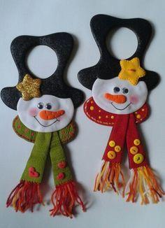 Muñecos de nieve para decorar las puertas con pomos, elaborados con foamy. Felt Christmas Decorations, Felt Christmas Ornaments, Christmas Door, Christmas Items, Christmas Projects, Felt Snowman, Snowman Crafts, Felt Crafts, Holiday Crafts
