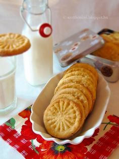 Az otthon ízei: Narancsos keksz Croatian Recipes, Hungarian Recipes, Sour Cream Cookies, My Recipes, Favorite Recipes, Food For Thought, Hot Dog Buns, Biscuits, Deserts