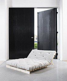Drewniana, funkcjonalna i bardzo prosta sofa rozkładana. W dzień sofa, w nocy wygodne dwuosobowe spanie. Idealne dla codziennego użytku lub dla gości!...