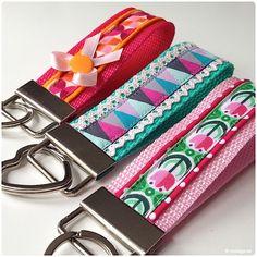 DIY - Schlüsselband nähen. Schnell genäht und so schön vielseitig in der kreativen Umsetzung. Schlüsselbänder sind ein ideales Geschenk für groß und klein.. Small Sewing Projects, Love Sewing, Sewing To Sell, Diy Keychain, Keychains, Knitting Patterns, Crochet Patterns, Textiles, Diy For Men