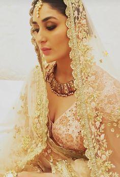 Women S Fashion Trivia Questions Refferal: 9439601971 Beautiful Bollywood Actress, Most Beautiful Indian Actress, Beautiful Actresses, Indian Bollywood, Bollywood Fashion, Kareena Kapoor Saree, Karena Kapoor, Indian Celebrities, Bollywood Celebrities