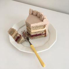 11월 월간케이크, 그레이홍은 홍차시트와 산딸기잼, 홍차카라멜크림과 밀크가나슈생크림으로 이뤄진 케이크에요 은은한 홍차향과 산뜻하고 깔끔한 산딸기잼의 조합이 아주 좋아요 #기념일프로젝트