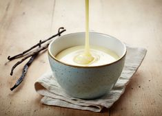 """custard- Vanillesoße Vanilla sauce – """"Making vanilla sauce yourself is very easy – with the tips of the cooking professionals from the BRIGITTE experimental kitchen. Seafood Recipes, Vegan Recipes, Snack Recipes, Lactose Free Diet, Vanilla Sauce, Cinnamon Cream Cheeses, Few Ingredients, Your Recipe, Sans Gluten"""