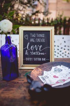 love the idea of a temporary tattoo station at a wedding! http://weddingwonderland.it/2015/07/10-must-have-per-un-matrimonio-estivo.html