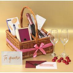 Hay muchas formas de expresar #amor, de entregar #regalosinnolvidables. Un #regaloespecial, en una #ancheta tipo picnic, con una buena botella de #champagne, una #cajadechocolates, galletas, copas para brindar y un acrilico para expresar un #tequiero Wine, Drinks, Bottle, Products, Box Of Chocolates, Cookies, Te Quiero, Te Amo, Love Gifts