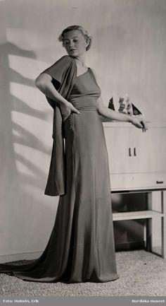 Dammode, 1936. Kvinna i lång klänning. Foto: Erik Holmén för Nordiska Kompaniet