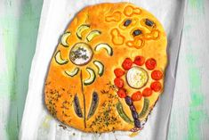 Kukkafocaccia on mainio tapa tarjota itse leivottua leipää. Voit hyödyntää leipään erilaiset kypsennystä kestävät vihannekset ja leipä on joka kerta erilainen taideteos. Leivo kesään ja syksyn juhlaan vaikkapa keittoruoan seuraksi. Pot Holders, Hot Pads, Potholders