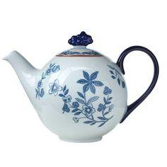 Diese Teekanne aus Rörstrands Ostindia-Kollektion hat eine liebliche Blumen-Dekoration auf weißem Hintergrund, die alle Einrichtungstrends der letzten Jahrzehnte überstanden hat. Ein wahrer Klassiker des skandinavischen Designs.