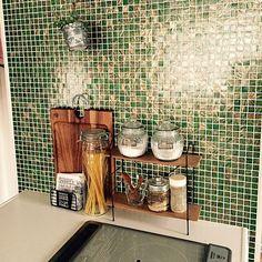 女性で、4LDKのスパイスラック/セリア/3Coins/雑貨/観葉植物/キッチン…などについてのインテリア実例を紹介。「コンロ横☆緑にゴールドの模様が入ったタイルがとってもお気に入りです♡新築時、探しに探して見つけたもの(*^^*)ここはグリーンとブラウンで統一してます」(この写真は 2014-10-05 11:17:54 に共有されました)