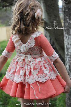 Los vestidos con generoso escote en la espalda son pura tendencia , sobre todo en lo que es trajes de ceremonia para niñas y de cóct...