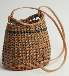 """CLASS """"19"""" – Willow Purse with Anne Mette Hjornholm Willow Weaving, Basket Weaving, Weave Styles, Basket Bag, Basket Decoration, Weaving Patterns, Nature Crafts, Handmade Bags, Bird Feeders"""