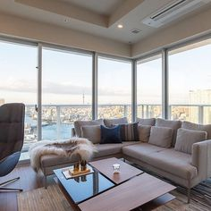 BoConcept新宿のお客様事例。グレーのソファとブルーのリビングチェアが、東京の空に溶け込んでいます。 ・・・ #BoConcept #ボーコンセプト #BoConcept新宿 #interior #interiordesign #モダンインテリア #リビングルーム #sofa #ソファ #istra2sofa #bostonchair #北欧モダン #北欧インテリア