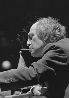 The Magician of Riga and World Chess Champion Mikhail Tal in 1988 History Of Chess, Chess Puzzles, Kings Game, Chess Players, Pokemon Eevee, Chess Pieces, Street Photo, Breaking Bad, The Magicians