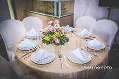 Foto por Arnaldo Peruzo ❤ Ligia & Camargão em Vila Velha/ES. Decoração de casamento romântica - mesa dos convidados   Romantic Wedding + Guests tables