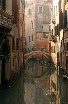 If you are visiting Italy, learning how to spend 24 hours in Venice is crutial for every traveller that wishes to enjoy the city to the fullest. Beautiful Buildings, Beautiful Places, Places To Travel, Places To Visit, Foto Gif, Les Religions, Reisen In Europa, Santa Lucia, All Nature