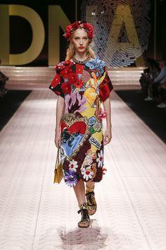 2870da25e220 Dolce   Gabbana Spring Summer 2019  DGDNA Women s Fashion Show Runway. I  vestiti