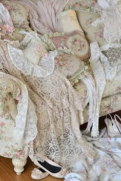 Swoon worthy vintage linens and lace in soft, shabby chic hues of cream, white and pink. Cottage Shabby Chic, Shabby Chic Mode, Style Shabby Chic, Shabby Chic Vintage, Vintage Lace, Casas Shabby Chic, Chic Bathrooms, Linens And Lace, Antique Lace